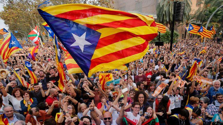 Сегодня. Барселона. Каталонцы приветствуют решение парламента, который проголосовал за принятие резолюции о независимости от Испании. Фото AFP