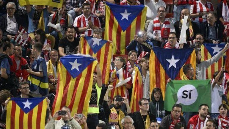Болельщики с эсталадами - символами борьбы за независимость Каталонии. Фото AFP