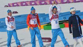 23 февраля 2014 года. Сочи. (слева направо) Максим ВЫЛЕГЖАНИН (серебро), Александр ЛЕГКОВ (золото) и Илья ЧЕРНОУСОВ (бронза) после гонки на 50 км на Олимпиаде.