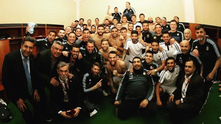 Лионель МЕССИ (найдите его в последнем ряду) и сборная Аргентины - участник чемпионата мира-2018.