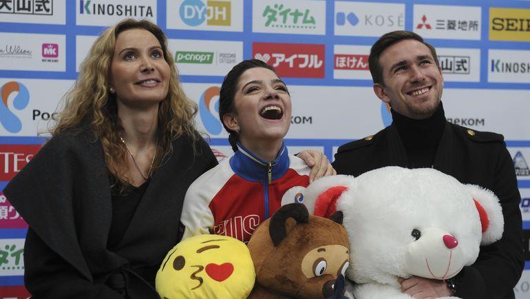 Евгений МЕДВЕДЕВА (в центре). Фото REUTERS