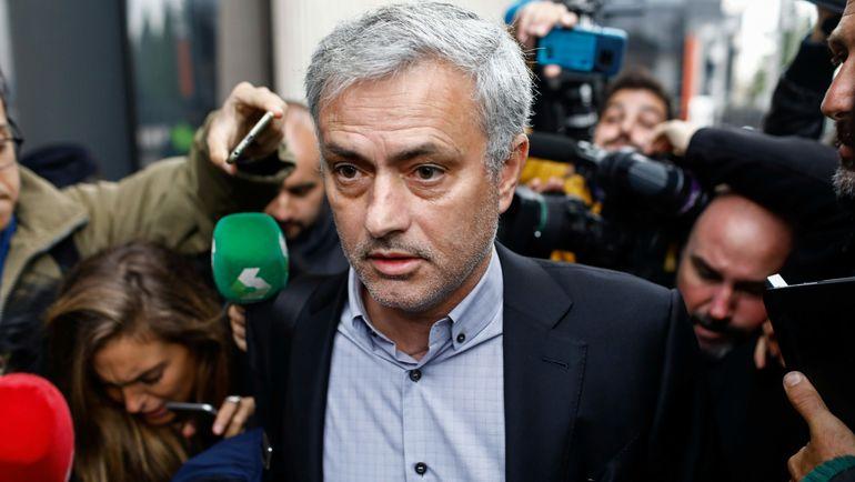 Жозе МОУРИНЬЮ у здания суда. Фото AFP