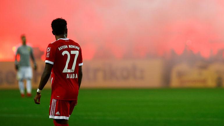 """Сегодня. Дортмунд. """"Боруссия"""" - """"Бавария"""" - 1:3. Фанаты гостей зажгли файеры, празднуя победу. Фото REUTERS"""