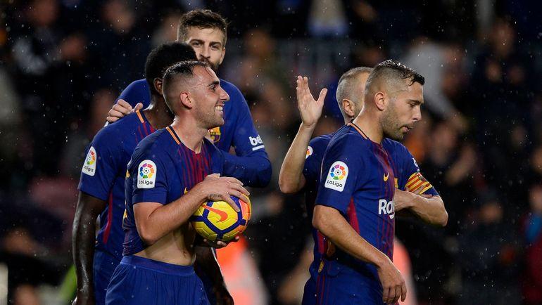 """Суббота. Барселона. """"Барселона"""" - """"Севилья"""" - 2:1. Пако АЛЬКАСЕР (№17) празднует с партнерами забитый гол. Фото AFP"""