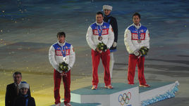23 февраля 2014 года. Сочи. Максим ВЫЛЕГЖАНИН, Александр ЛЕГКОВ и Илья ЧЕРНОУСОВ (слева направо) на пьедестале во время церемонии закрытия Олимпийских игр-2014.