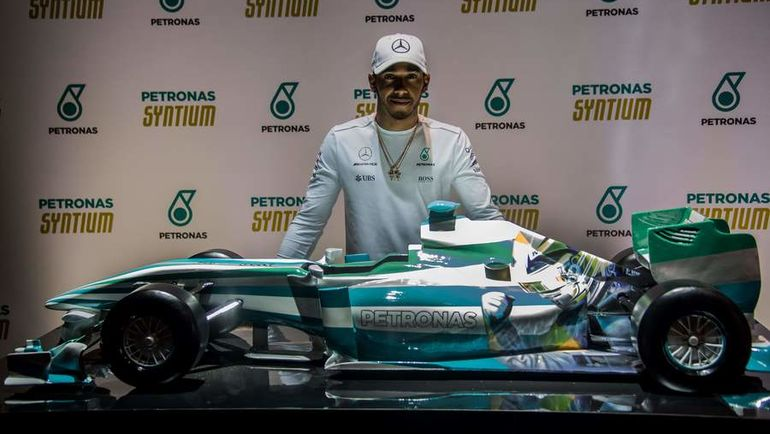 Льюис ХЭМИЛТОН подарил семье Айртона Сенны модель болида с изображением гонщика. Фото AFP