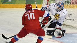 Сегодня. Хельсинки. Финляндия – Россия – 3:2. Владимир ТКАЧЕВ (№70) атакует ворота Микко КОСКИНЕНА.