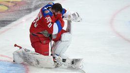Вчера. Хельсинки. Финляндия - Россия - 3:2. Разочарование голкипера нашей команды Игоря ШЕСТЕРКИНА.