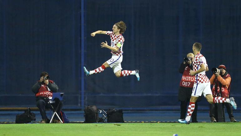 Четверг. Загреб. Хорватия - Греция - 4:1. Лука МОДРИЧ праздует первый мяч. Фото REUTERS