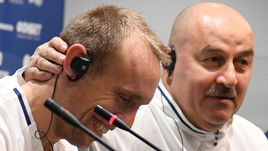 Пятница. Москва. Лужники. Станислав ЧЕРЧЕСОВ (справа) и Денис ГЛУШАКОВ.