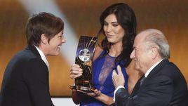 7 января 2013 года. Цюрих. Хоуп СОЛО (в центре) с Йозефом БЛАТТЕРОМ на гала-вечере ФИФА награждает лучшего игрока в женском футболе в 2012 году - еще одну представительницу сборной США Эбби ВАМБАХ.