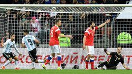 Сегодня. Москва. Россия – Аргентина – 0:1. 86-я минута. Только что Серхио АГУЭРО (№9) провел победный гол.