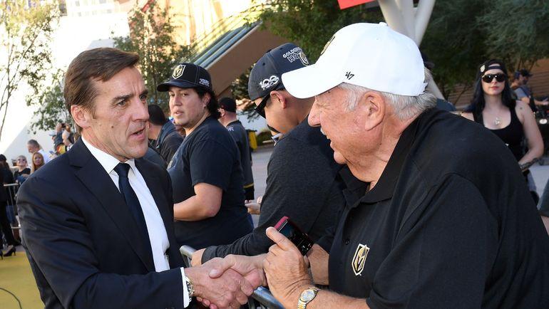 """Джордж МАКФИ (слева) беседует с болельщиком """"Вегаса"""". Фото AFP"""