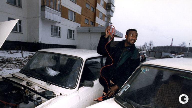 """1998 год. Москва. Для настоящего """"автозаводца"""" из Нигерии Аугустина ЭГУАВОНА не было проблем завезти """"Жигули"""" на морозе."""
