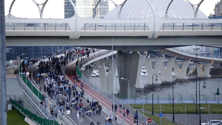 Яхтенный мост - один из способов быстро и безопасно покинуть арену «Санкт-Петербург». Фото Александр ВОЛГИН