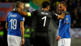 10 ноября сборная Италии Леонардо БОНУЧЧИ (№19), Джанлуиджи БУФФОНА (№1) и Даниэле ДЕ РОССИ уступила в Швеции - 0:1, а в Милане не смогла победить - 0:0. Во время игры Де Росси отказался выходить на замену, а Буффон попрощался со слезами на глазах.