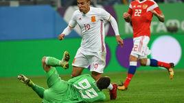 Вчера. Санкт-Петербург. Россия - Испания - 3:3. 89-я минута. Андрей ЛУНЕВ получает травму после столкновения с РОДРИГО.