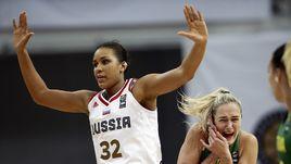 Сегодня. Москва. Россия - Литва - 64:62. Жоселина МАЙГА (№32) и Гинтаре ПЕТРОНИТЕ.