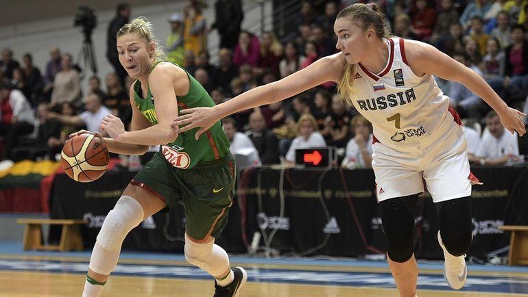 Мария ВАДЕЕВА (справа) и Моника ГРИГАЛАУСКИТЕ. Фото fiba.com