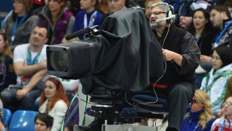 """Трансляции из Сочи собирали у экранов множество болельщиков. Фото Александр ФЕДОРОВ, """"СЭ"""""""