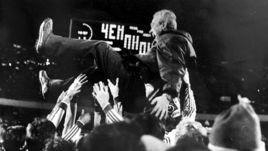 """В воздухе легендарный тренер киевского """"Динамо"""" Валерий ЛОБАНОВСКИЙ."""