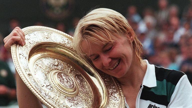 1998 год. Яна НОВОТНА и ее чемпионская тарелка на Уимблдоне. Фото AFP