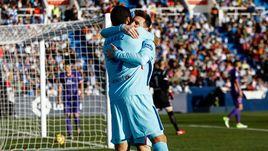 """Суббота. Леганес. """"Леганес"""" - """"Барселона"""" - 0:3. Лионель МЕССИ поздравляет наконец-то забившего Луиса СУАРЕСА (№9)."""