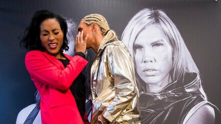 Сесилия БРЕКХУС (слева) vs. Микаела ЛОРЕН: дуэль взглядов перед боем и поцелуй. Фото Boxing Scene