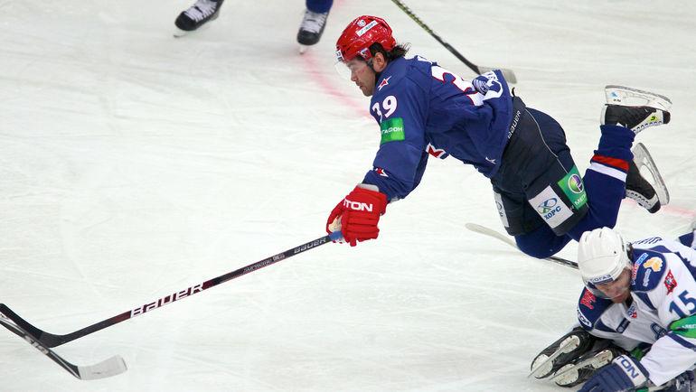 Максим РЫБИН (в синем) в игре за СКА в 2010-м.