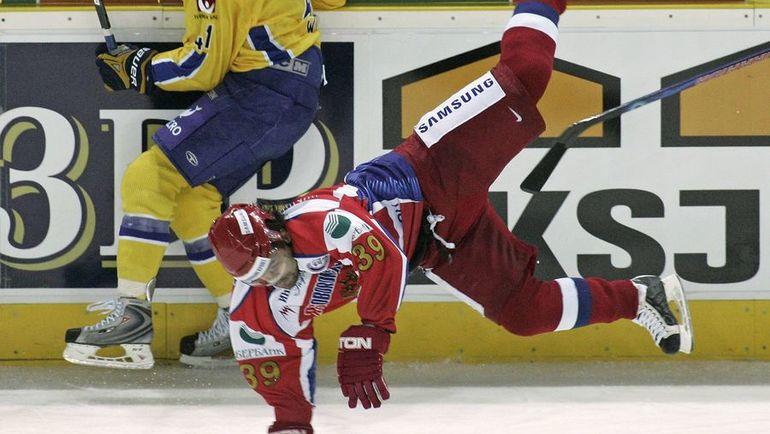 Максим РЫБИН (№39) в матче Евротура со Швецией. Фото REUTERS