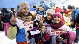 """Юные болельщицы - участницы флеш-моба """"No Russia – No Games""""на лыжном этапе Кубка мира в финской Руке."""