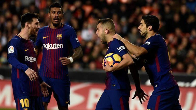 """Воскресенье. Валенсия. """"Валенсия"""" - """"Барселона"""" - 1:1. Игроки """"Барсы"""" празднуют гол Жорди АЛЬБЫ (второй справа). Фото AFP"""