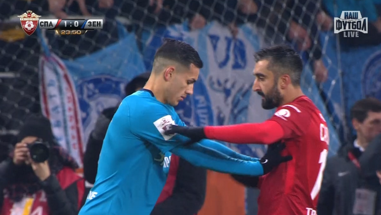 Леандро Паредес толкает Александра Самедова.