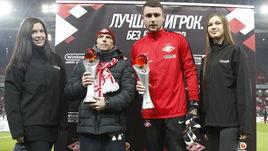 Понедельник. Москва. Александр СЕЛИХОВ (второй справа) с призом лучшего игрока октября.