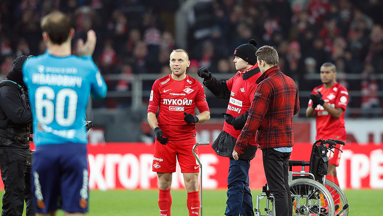 Денис Глушаков и Петр Буравцев во время символического удара перед матчем