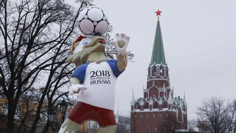 Талисман турнира Забивака на фоне Кремля. Фото REUTERS
