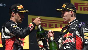 """2015 год. Даниэль РИККЬЯРДО (слева) и Даниил КВЯТ отмечают двойной подиум """"Гран-при Венгрии""""."""
