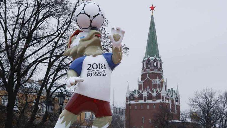 Среда. Москва. Талисман ЧМ-2018 Волк Забивака возле Кремля. Фото Reuters