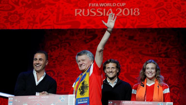 Вчера. Москва. Фабио КАННАВАРО (слева) и Диего ФОРЛАН (второй справа) на репетиции церемонии жеребьевки. Фото REUTERS