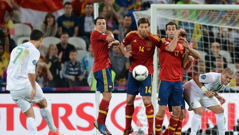 На чемпионате Европы-2012 испанцы остановили команду КРИШТИАНУ РОНАЛДУ в полуфинале и победили португальцев в серии пенальти. Фото AFP