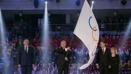 23 февраля 2014 года. Сочи. Президент МОК Томас БАХ (в центре) с олимпийским флагом.