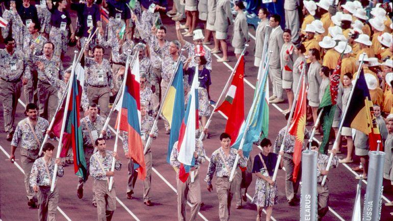 Так выглядела делегация Объединенной команды на церемонии открытия летней Олимпиады-1992 в Барселоне. Фото Андрей ГОЛОВАНОВ и Сергей КИВРИН