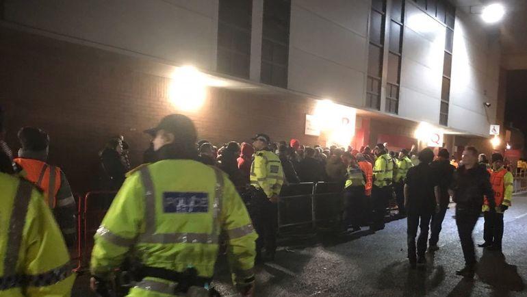 """Сегодня. Ливерпуль. Некоторые фанаты """"Спартака"""" провели за пределами арены почти половину первого тайма. Фото Дмитрий СИМОНОВ, """"СЭ"""""""