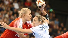 Пятница. Ольденбург. Дания - Россия - 27:32. Дарья ДМИТРИЕВА (справа) признана лучшим игроком матча.