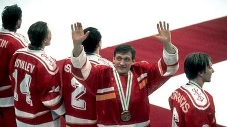 Хоккеисты СНГ на вручении медалей. Фото Third String Goalie