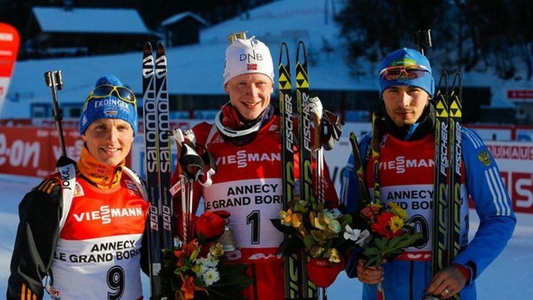 Антон ШИПУЛИН (справа) на пьедестале гонки преследования в Анси в 2013 году. Фото IBU