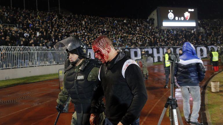 Сегодня. Белград. Полиция и фанаты на стадионе во время дерби. Фото AFP