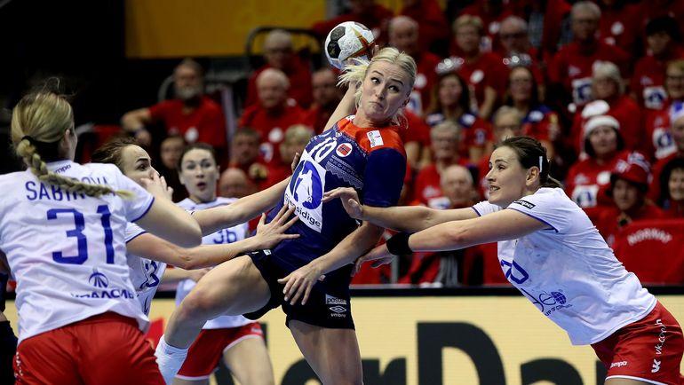 Игроки сборной России пытаются сдержать Стине ОФТЕДАЛЬ. Фото AFP
