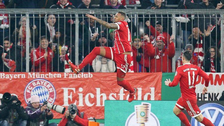 """Среда. Мюнхен. """"Бавария"""" - """"Боруссия"""" - 2:1. Джером БОАТЕНГ (в прыжке) празднует забитый мяч."""