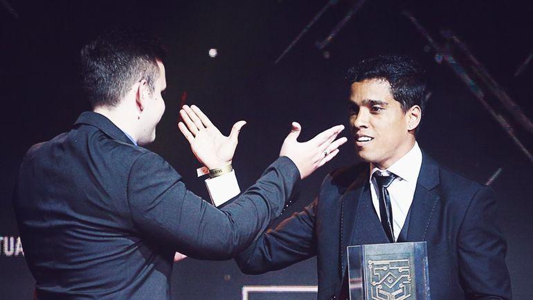 Венделл Лира получает приз лучшего киберфутболиста Бразилии. Фото twitter.com/esportv